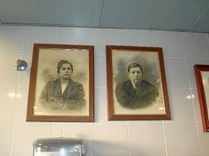Los fundadores de la Churrería Miguel, una fotografía que preside el puesto.