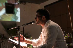 León Acosta leyó su poemario. / Foto: Javi Losa.