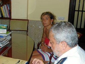 La hija de la desaparecida junto al subcomisario de la Policía Nacional.