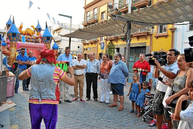 La alcaldesa Mª Luisa Faneca y el primer teniente de alcalde, Francisco Zamudio, junto al resto de concejales, durante la inauguración del Mercado Marinero 2013.