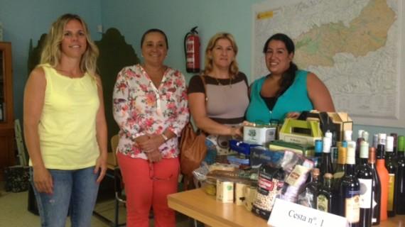 Patricia López y Felisa Munell ganan un lote de productos de Huelva en Isla Cristina