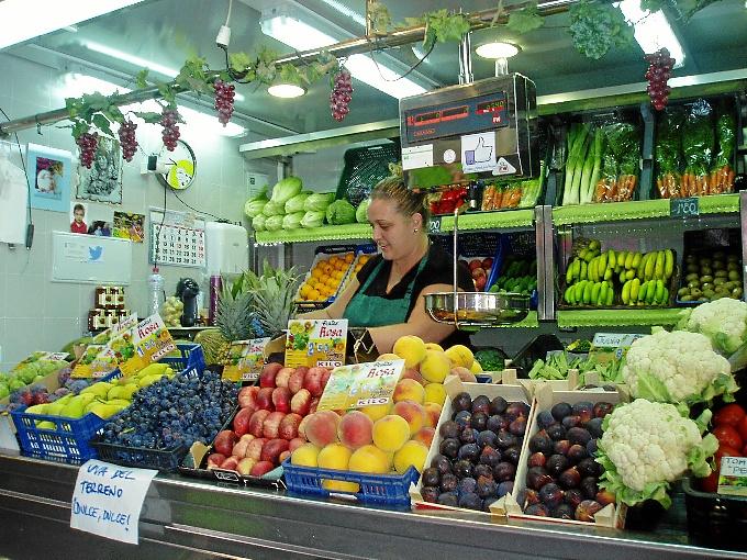 Rocío, de Frutas y Verduras Rosa, en su puesto del Mercado del Carmen.