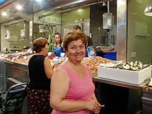 Manuela, de Badajoz, viene hasta el Navidad para poner en su mesa lo mejor del mar.