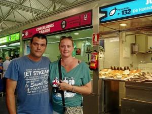 La pareja belga ha ido a visitar el Mercado del Carmen nada más aterrizar en Huelva.