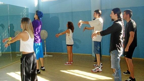 Casi medio centenar de jóvenes aprenden a bailar popping y locking en la AVV Santa Gema