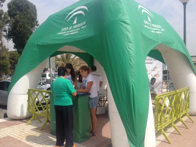Una usuaria recibe la información en la Playa Central de Isla Cristina.