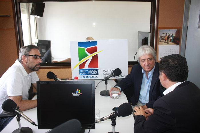 Los alcaldes de los tres municipios durante el programa de radio.