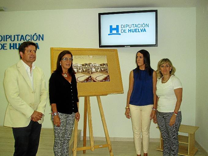 Serrato, Romero, Sánchez y Haldón junto al cartel de las fiestas.