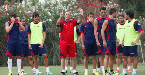 Joaquín Caparrós, durante un entrenamiento del equipo granota. / Foto: www.levanteud.com