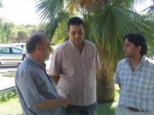 Paco Echevarría conversa con unos jóvenes en el centro Naim.