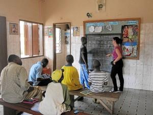Mónica, dando clases de alfabetización.