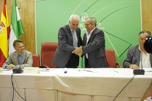 El consejero de Cultura y Deporte, Luciano Alonso, suscribe un convenio de colaboración con la Confederación de Peñas Flamencas de Andalucía.