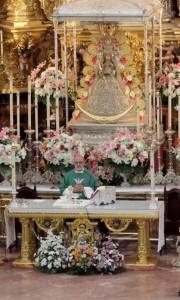 García Muñoz, ante la Virgen del Rocío. / Foto: Hdad. Matriz Almonte.