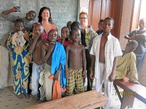 Mónica, en una foto de grupo de su estancia en África.