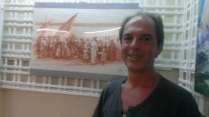 El artista, Gonzalo Llanes, junto a uno de los cuadros que podrán contemplarse en Punta Umbría.