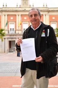 José Pablo Vázquez, ante el Ayuntamiento de Huelva.