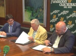 Momento de la rúbrica de los convenios por parte de José Luis García Palacios y Pablo Comas.