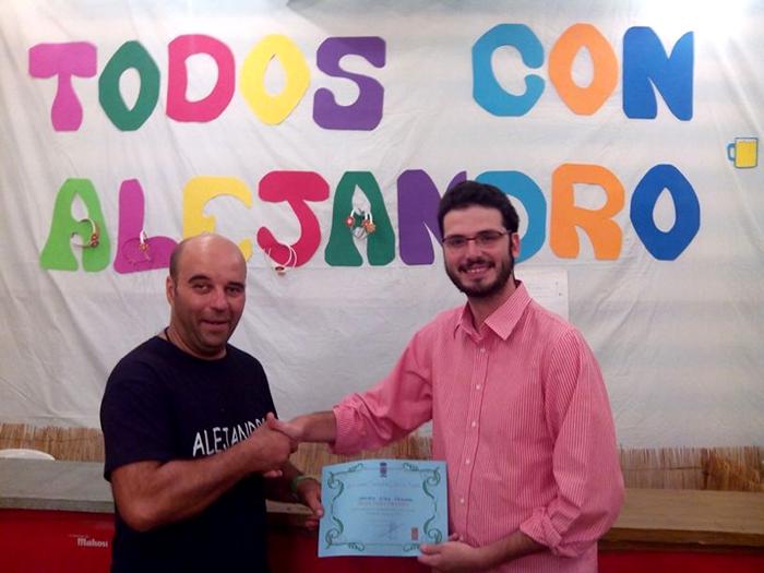 Entrega del dinero del premio a la familia de Alejandro.