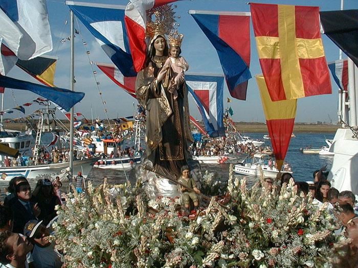 La Virgen del Carmen, arropada por los marineros.