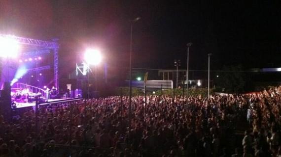 El público onubense se rinde ante la maestría de Raphael en su concierto de La Antilla