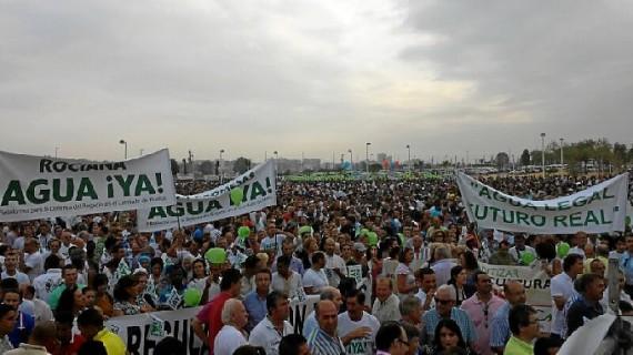 Miles de personas se manifiestan en Huelva a favor de la estabilidad del regadío en el Condado