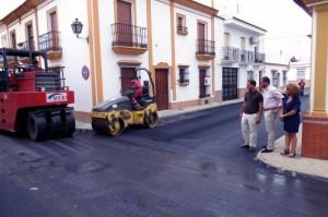 Visita del alcalde a las obras de asfaltado.