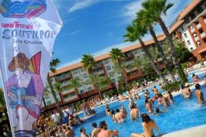 Durante el día, los asistentes se han refrescado en la piscina. / Foto: www.southpopfestival.com/