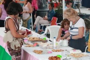 La feria contaba con numerosos stand de productos gastronómicos.