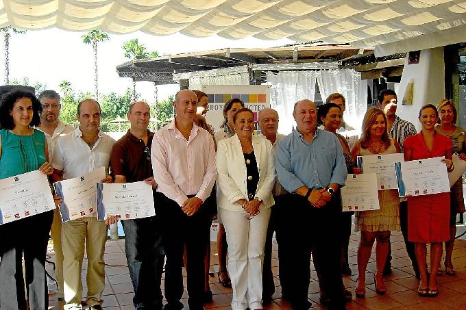 Foto de familia de la entrega de diplomas.