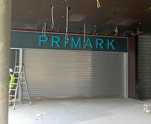 Primark ya se está instalando en el Centro Comercial Holea.