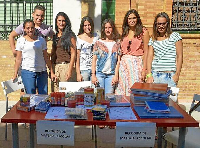 Jóvenes socialistas en la mesa de recogida de material instalada en la calle.