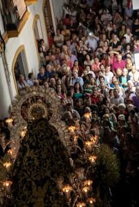 La Virgen de las Angustias genera una gran expectación durante su recorrido.
