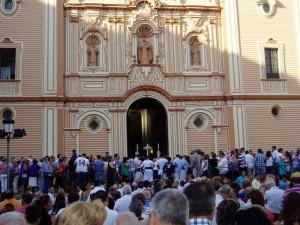 La Cruz de Guía asoma puntual por el dintel de la catedral.