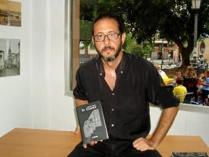 Marcos Gualda sostiene un ejemplar de su nuevo libro.