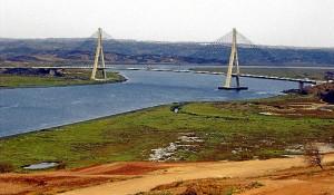 El Plan propone establecer una zona dotacional terciaria en torno al paso fronterizo de Ayamonte, en la zona al norte del Estero de la Nao, conocida como La Fuente.
