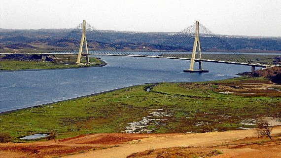 El Puente Internacional sobre el río Guadiana entre España y Portugal cumple 27 años