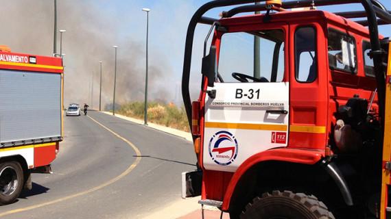 La rápida actuación de los Bomberos impide que un incendio se extienda en Isla Canela