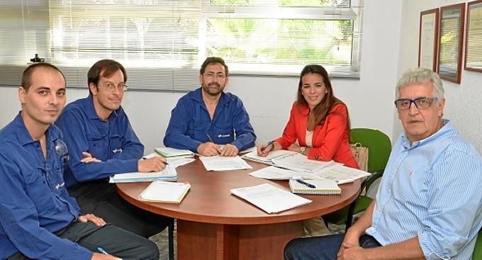 La auditora de ENAC, Maribel López, con responsables de Laboratorio de CEPSA en Huelva: Jose A. Carrasco Borrero, Luis Parra, Antonio Barrón y Pablo Nieves.