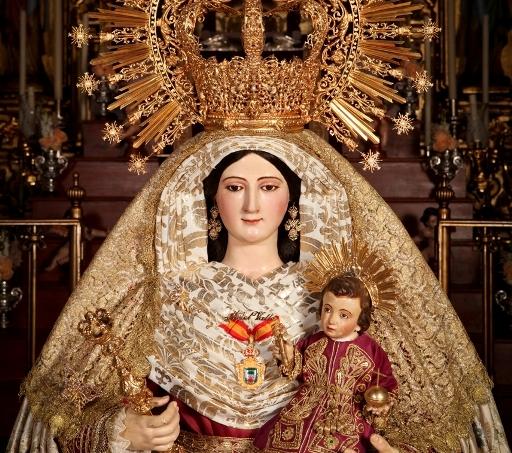 Hinojos recibe a la Virgen del Valle en su procesión por las calles de la localidad