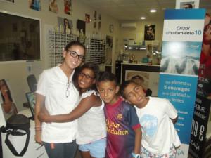 Los niños se someten a una revisión médica y han recibido gafas en caso de necesitarlas.