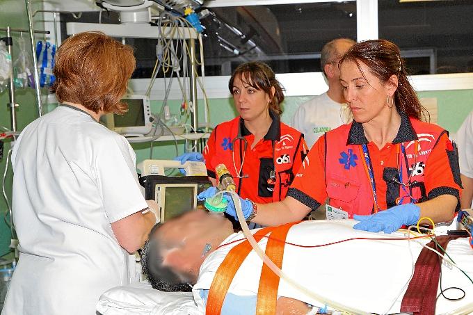 Sanitarios del 061 atendiendo a un paciente.