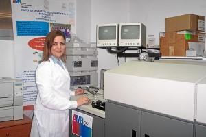 La investigadora Tamara García Barrera en el laboratorio de Análisis Medioambiental y Bioanálisis de la Universidad de Huelva.