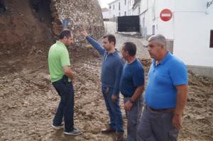 Antonio Muñiz revisando los desperfectos con los técnicos