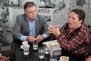 Antonio López y Charo Venegas en uno de los momentos del debate. / Foto: José Carlos Palma