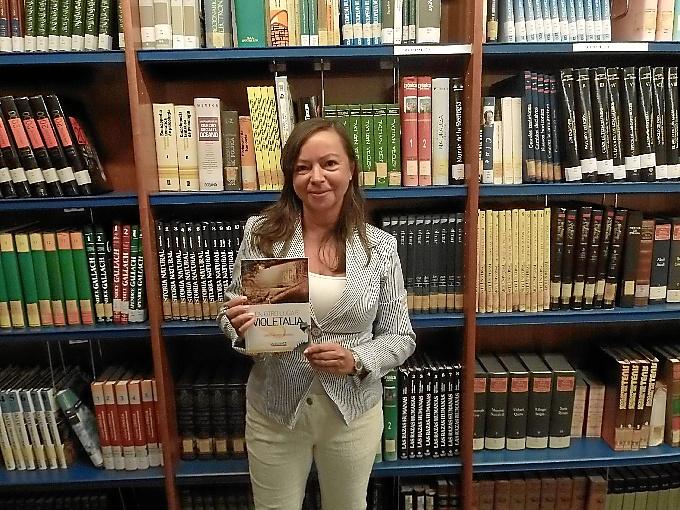 Cristina Font, con su libro.