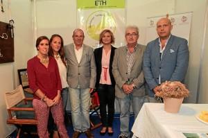 Concejales sanjuaneros en el stand de Equitación Terapéutica Huelva. / Foto: José Carlos Palma