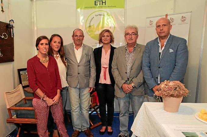 Concejales sanjuaneros en el stand de Equitación Terapéutica Huelva.