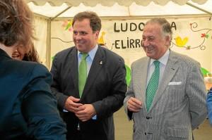 El alcalde de San Juan junto al subdelegado del Gobierno en Huelva recorrieron los stands de la Feria. / Foto: José Carlos Palma