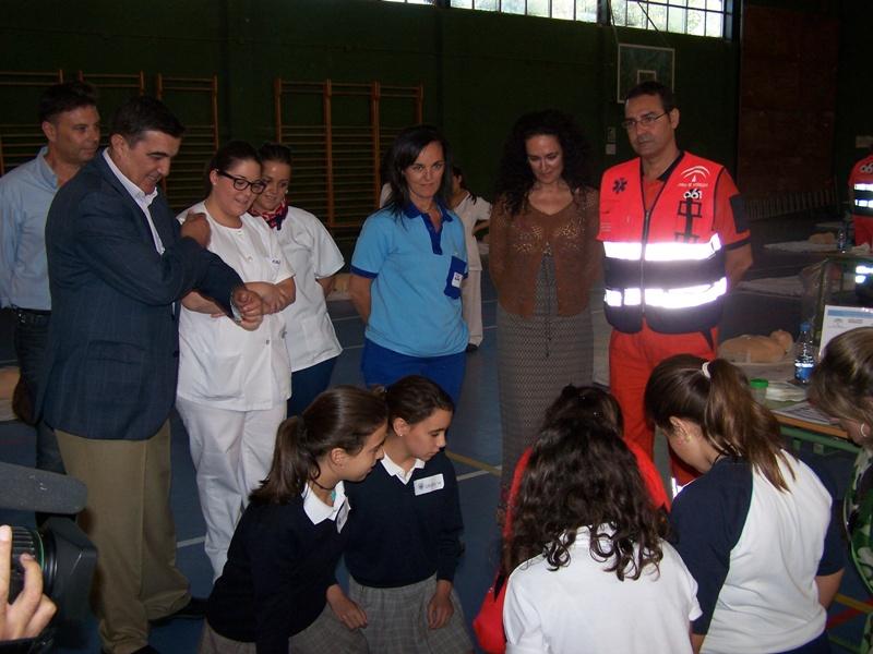 Los menores recibiendo formación sobre masajes cardíacos.