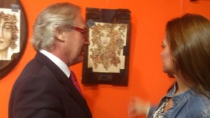La artista Begoña Sauci explicando a uno de los asistentes una de sus muestras.